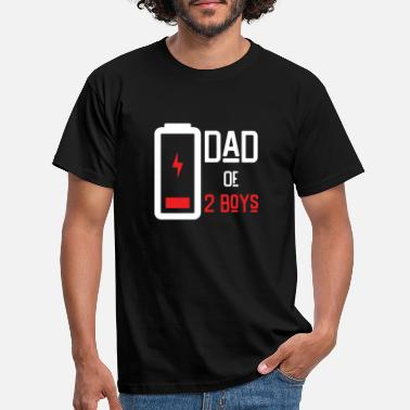 Boys Dad of 2 Boys Low Battery Shirt Gift from Son Fath - Männer T-Shirt