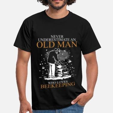 Never Underestimate An Old Man Never Underestimate An Old Man Beekeeping.png - Men's T-Shirt