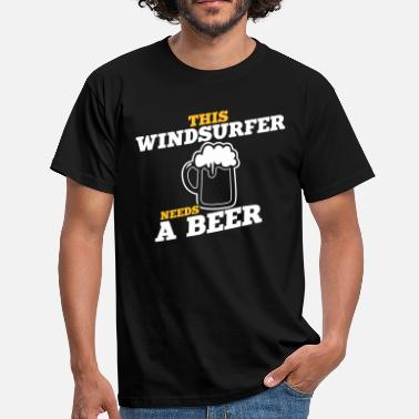 Surfer this windsurfer needs a beer - Männer T-Shirt