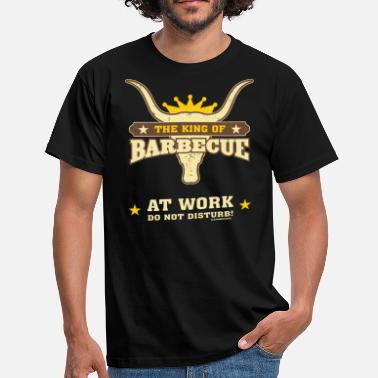 Fischen BBQ - The King of Barbecue - at work do not disturb - RAHMENLOS Geburtstag Geschenk - Männer T-Shirt