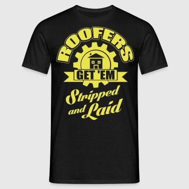 Roofers get'em stripped and laid - Men's T-Shirt