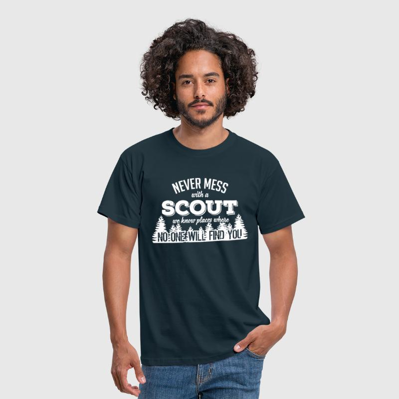 never mess with a scout, no one will find you - Männer T-Shirt