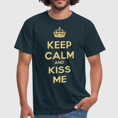 keep_calm_and_kiss_me - Men's T-Shirt