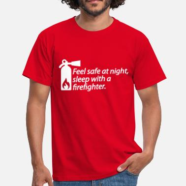 Brandweer Feel safe at night, sleep with a firefighter - Mannen T-shirt