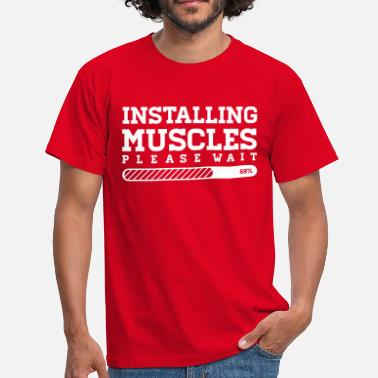 Fitness INSTALLING MUSCLES - PLEASE WAIT - Männer T-Shirt