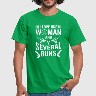 I love one woman and several guns - riffle gift - Mannen T-shirt