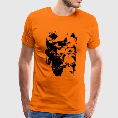 Tree climber on spruce (monochrome) - Men's Premium T-Shirt