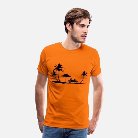 Meer T-Shirts - Holiday Beach with Woman Silhouette on Beach Chair - Männer Premium T-Shirt Orange