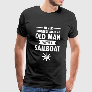 Never Underestimate An Old Man With A Sailboat - Mannen Premium T-shirt