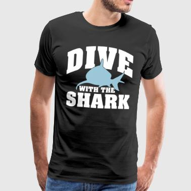 Dive wiht the shark - Mannen Premium T-shirt