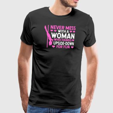 Never mess with a woman Pole Dance Fitness Shirt - Männer Premium T-Shirt
