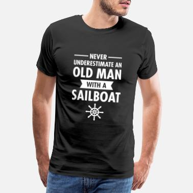 Seilbåt Never Underestimate An Old Man With A Sailboat - Premium T-skjorte for menn