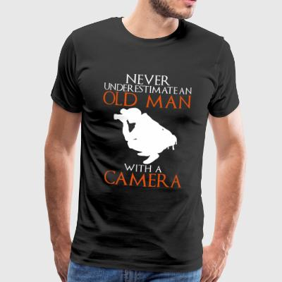 Never Underestimate Old Man with Camera - Männer Premium T-Shirt