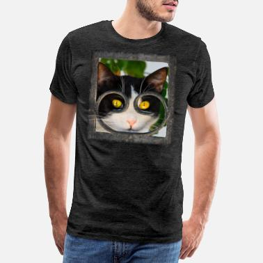 Cat looks curiously through wrought iron fence - Men's Premium T-Shirt