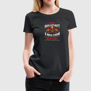 never underestimate man MACEDONIA - Frauen Premium T-Shirt