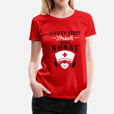 Gave Sygeplejerske Safety first. Drink with a nurse - Dame premium T-shirt