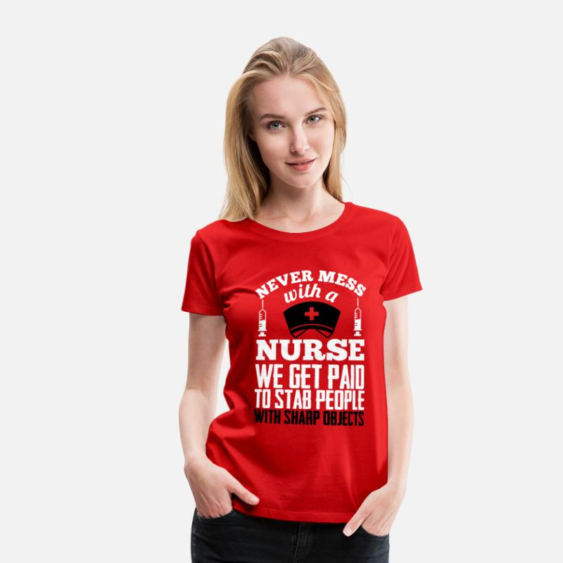 Verpleegkundige T-Shirts - Never mess with a nurse, we get paid to stab you - Vrouwen premium T-shirt rood