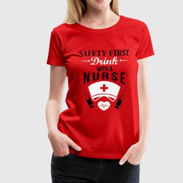 Safety first. Drink with a nurse - Premium T-skjorte for kvinner