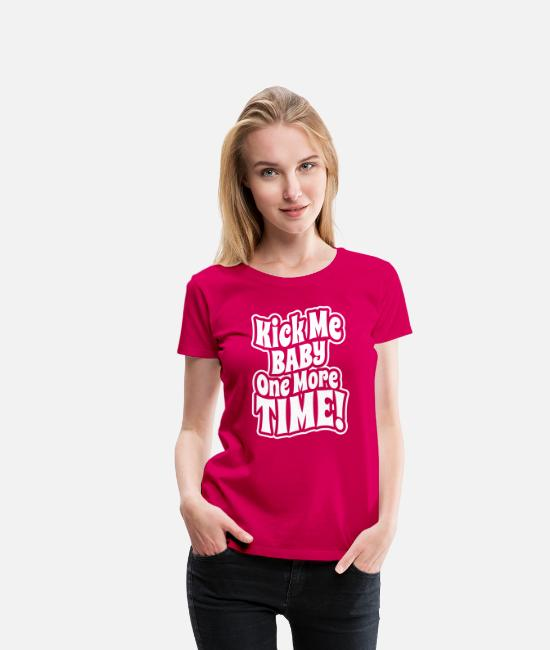 Pregnancy T-shirts - Kick me baby one more time - T-shirt premium Femme rubis