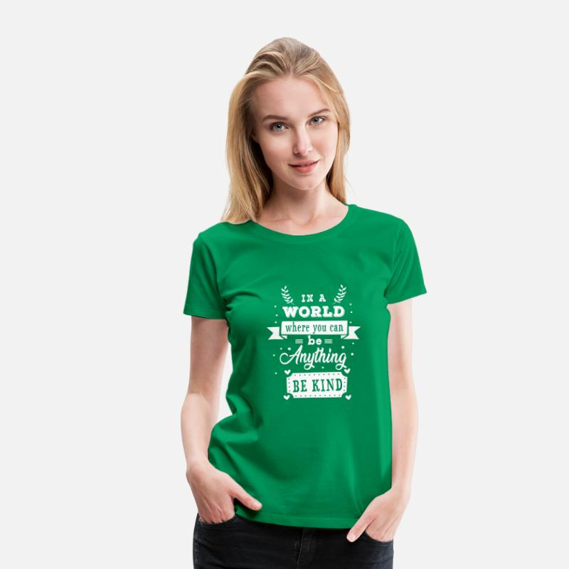 Vegan T-Shirts - In a world where you can be anything be kind - Vrouwen premium T-shirt kelly groen