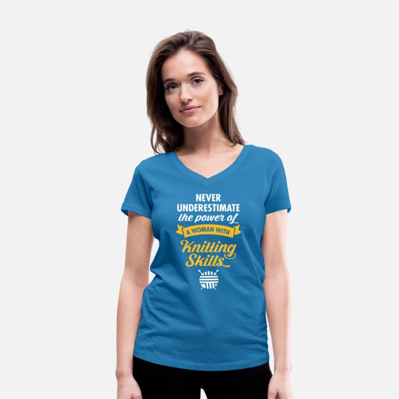Jul T-shirts - Never Underestimate A Woman WIth Knitting Skills.. - Ekologisk T-shirt med V-ringning dam påfågelblå