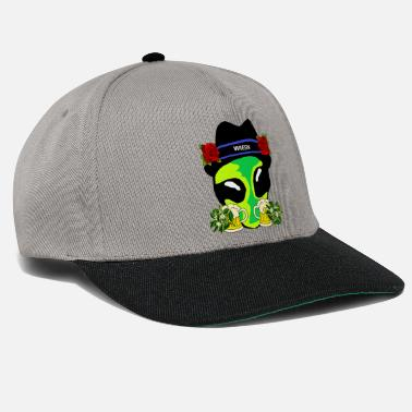 Alien on Oktoberfest, meadows and beer, gifts - Snapback Cap