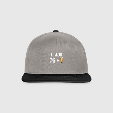 Jeg er 76 pluss et glass øl - Snapback-caps