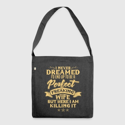 I never dreamed to be a perfect freaking wife - Schultertasche aus Recycling-Material
