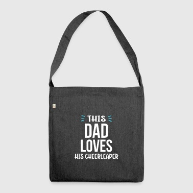 This DAD loves his Cheerleader - Schultertasche aus Recycling-Material