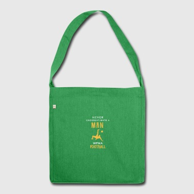 Never underestimate a Man with a football! - Schultertasche aus Recycling-Material