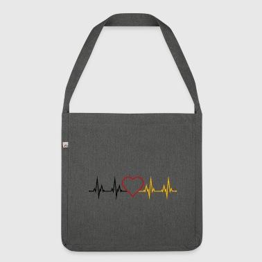 d70b4704bfa6 Herzschlag Deutschland Herz schwarz rot gold - Schultertasche aus  Recycling-Material