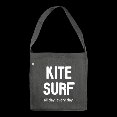 Kitesurf. All day. Every day. - Schultertasche aus Recycling-Material