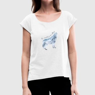 The mountains are calling - out into the world - Women's T-Shirt with rolled up sleeves