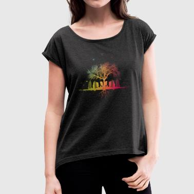 blurred city / forest tree city colors birds - Women's T-shirt with rolled up sleeves