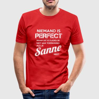 Sanne Niemand is perfect. Persoonlijk cadeau Sanne. - slim fit T-shirt