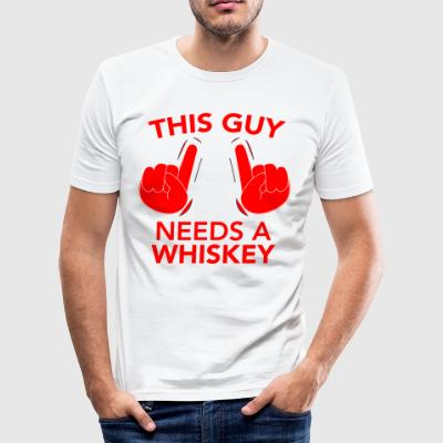 THIS GUY NEEDS A WHISKEY rot - Männer Slim Fit T-Shirt