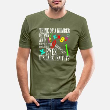Script Think of a number between... - Männer Slim Fit T-Shirt
