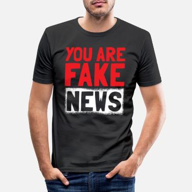 Missbilligung Fake News Spruch - Männer Slim Fit T-Shirt