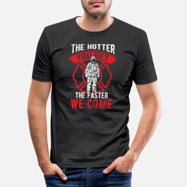 Hot Firefighter Hotter Du får hurtigere vi kommer - Slim fit T-shirt mænd
