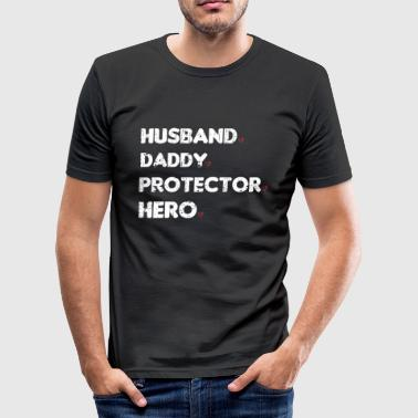 HUSBAND DADDY PROTECTOR HERO - Männer Slim Fit T-Shirt