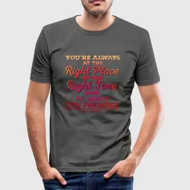 Right Place, Right Time - Red - Männer Slim Fit T-Shirt