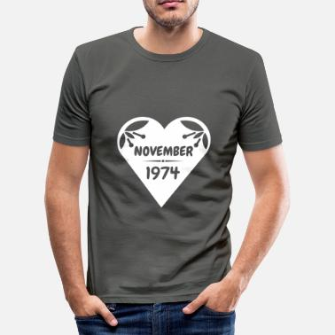 November 1974 November 1974 Herz - Männer Slim Fit T-Shirt