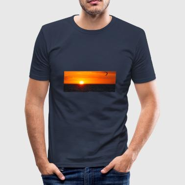 Kitesurfer next to sun going down - Männer Slim Fit T-Shirt