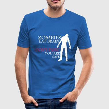 Zombies eat brain - don't panic - you are safe - Männer Slim Fit T-Shirt