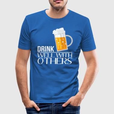Drink well with others - Männer Slim Fit T-Shirt