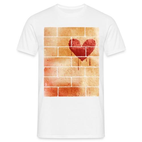 Herz auf Steinwand - Männer T-Shirt