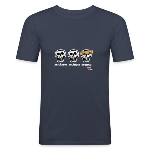 Männer Slim Fit T-Shirt - Alle Schädel sind gleich! Ach nee, einige haben ein dickes Brett vor dem Kopf. Das sind dann wohl diejenigen, die bei der braunen Brut angeheuert haben, um sich besser zu fühlen. Tja, klarer Fall von gemeingefährlichem Holzweg!