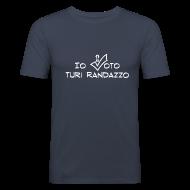 Magliette ~ Maglietta aderente da uomo ~ Io voto Turi Randazzo (SCRITTA BIANCA - MAGLIETTA TUTTI I COLORI)
