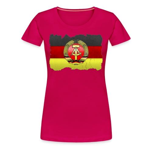 DDR Wappen mit Deutschland Fahne in Stein gemeißelt Shirt - Frauen Premium T-Shirt