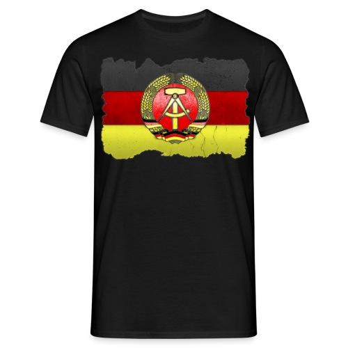 DDR Wappen mit Deutschland Fahne in Stein gemeißelt Shirt - Männer T-Shirt